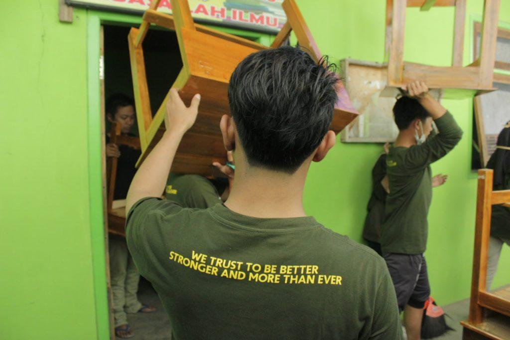 Giat Bersih Perpustakaan KKN 145 UMM Tumbuhkan Semangat Literasi 1