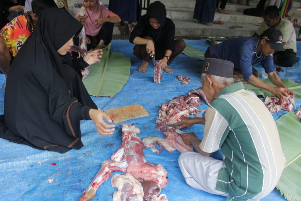 Kurban Asyik Tanpa Plastik, KKN 145 UMM Bagi 400 Besek Tempat Daging Kurban 1