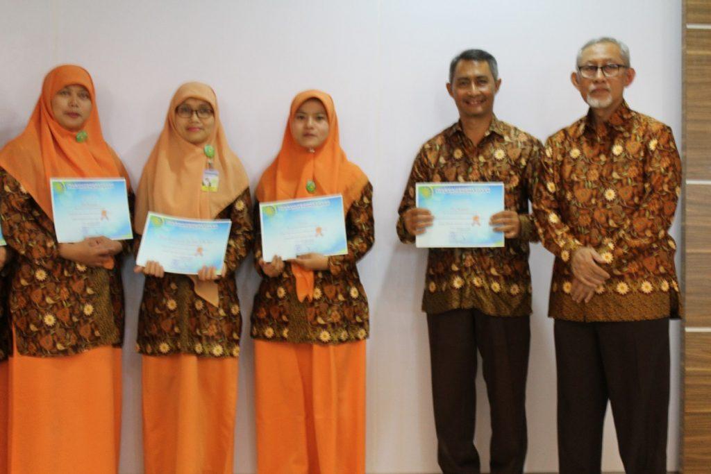 Direktur RSIA Beri Penghargaan Karyawan Senior 1