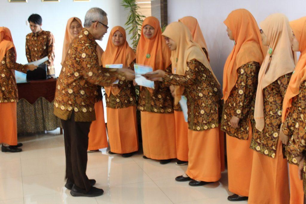 Direktur RSIA Beri Penghargaan Karyawan Senior 2