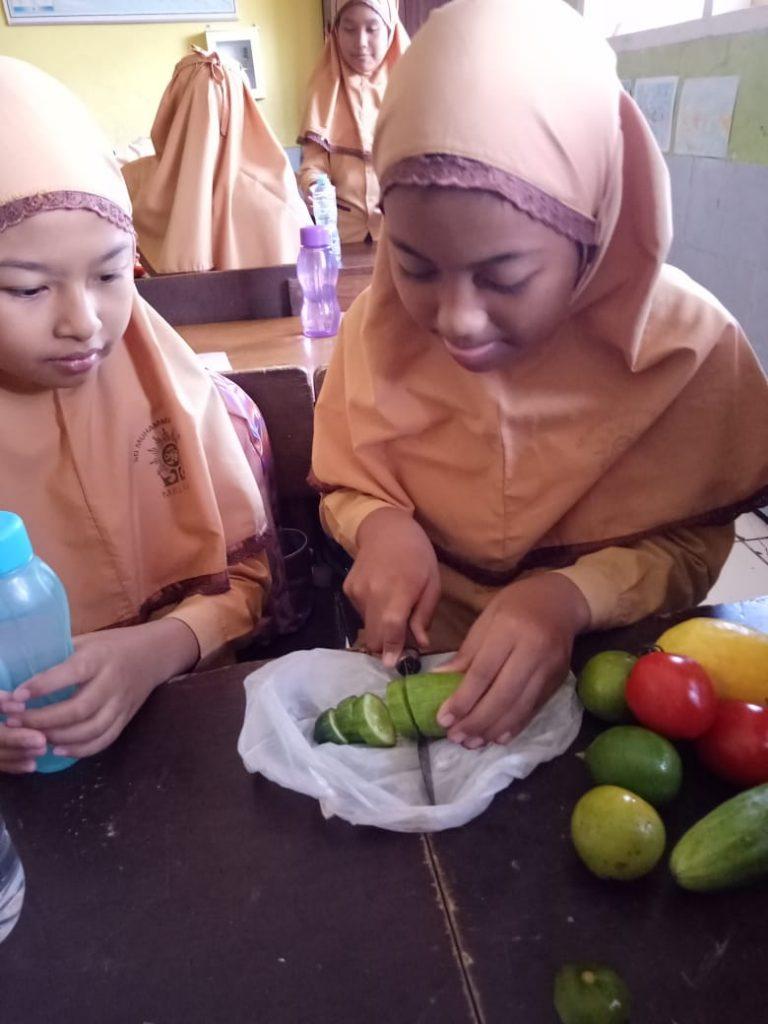 Program Jum'at Sehat, Siswa Kelas V SD Mulia Praktek Membuat Infused Water 1