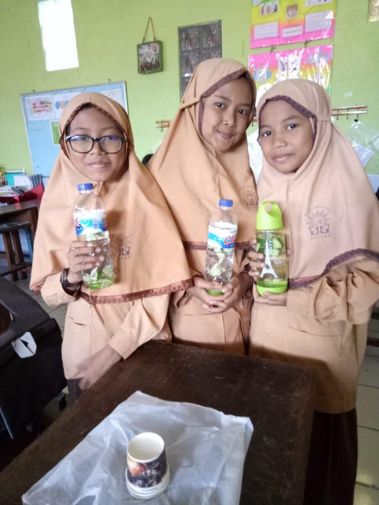 Program Jum'at Sehat, Siswa Kelas V SD Mulia Praktek Membuat Infused Water 2