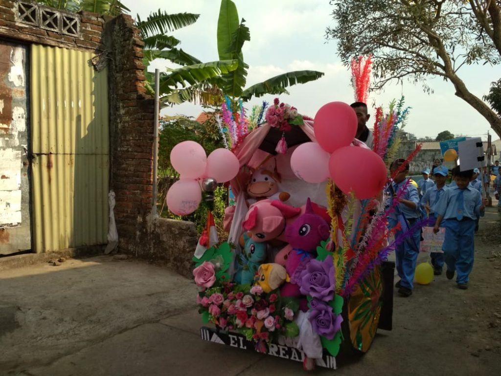 Syiar Tahun Hijriyah, Ratusan Siswa SD Muhammadiyah 8 Bagi Balon Pada Masyarakat Setempat 1