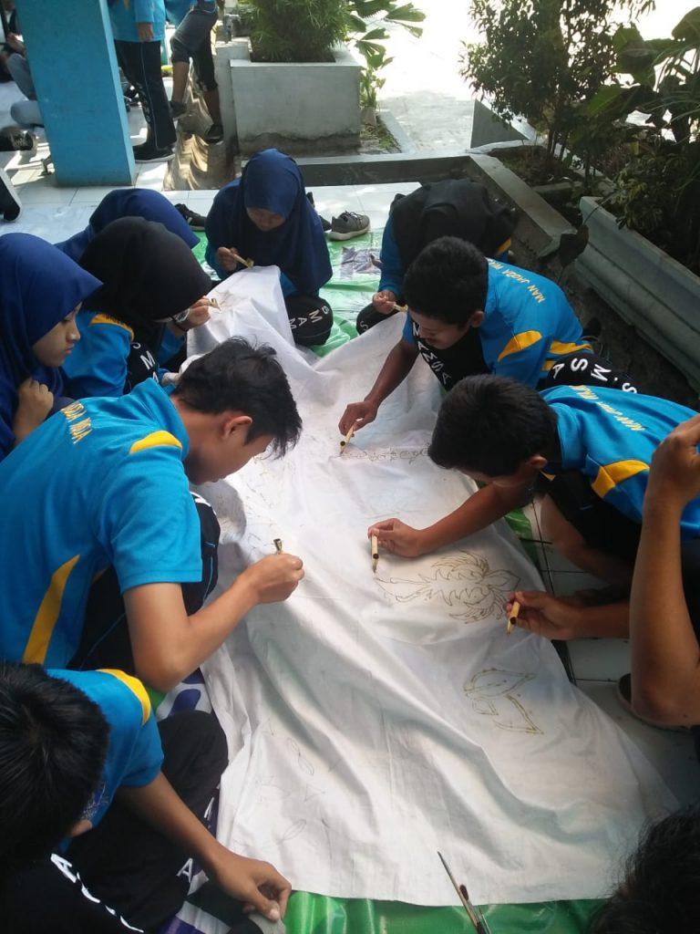 Peringati Hari Batik Nasional, Siswa-Guru SMA Muhammadiyah 1 Kota Malang Gelar Aksi Batik Bersama 2