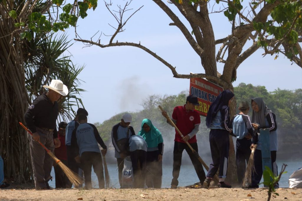 Milad 107 Muhammadiyah, SMKM 1 Kota Malang Bersih Pantai Sekaligus Konser Angklung Cinta Lingkungan 2