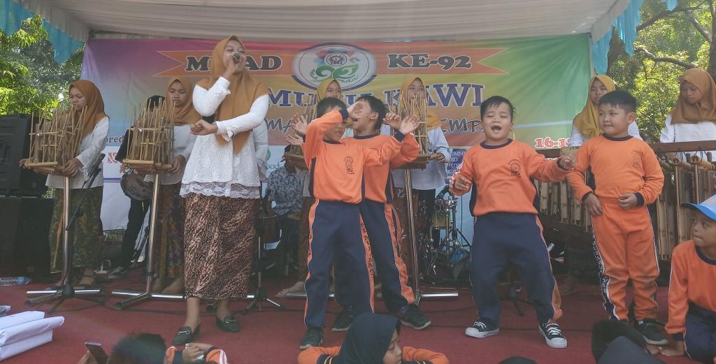 Kolaborasi Kayyisa-Angklung SMK Muhammadiyah 1 Memukau Penonton Milad 2