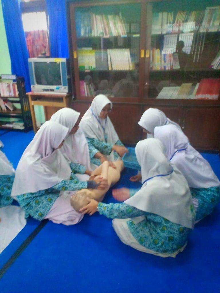 Praktek Perawatan Jenazah, Siswa Mamumtaza Terapkan Program Studi Islam Intensif 2