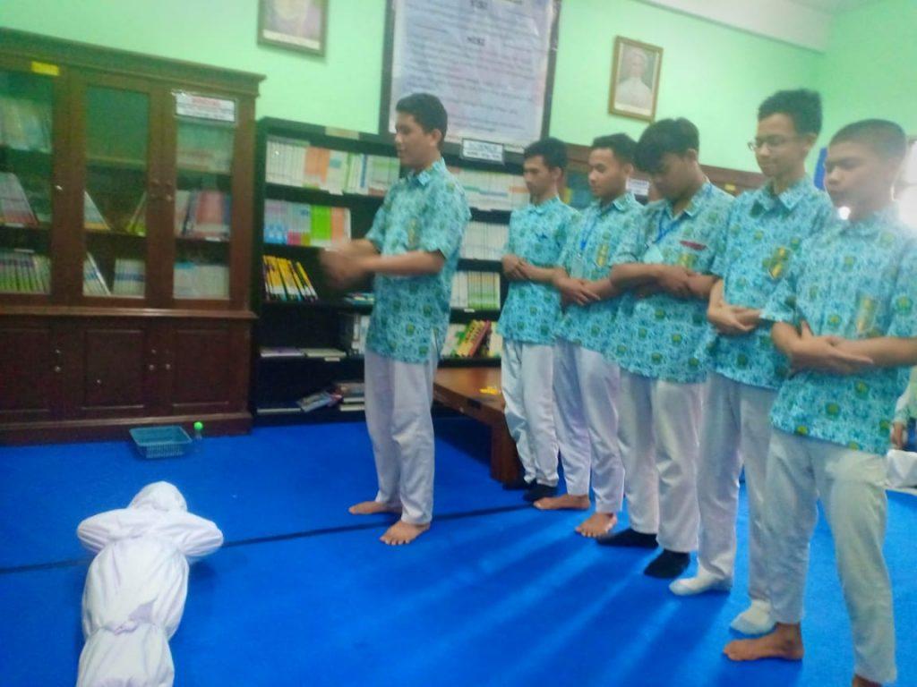 Praktek Perawatan Jenazah, Siswa Mamumtaza Terapkan Program Studi Islam Intensif 1