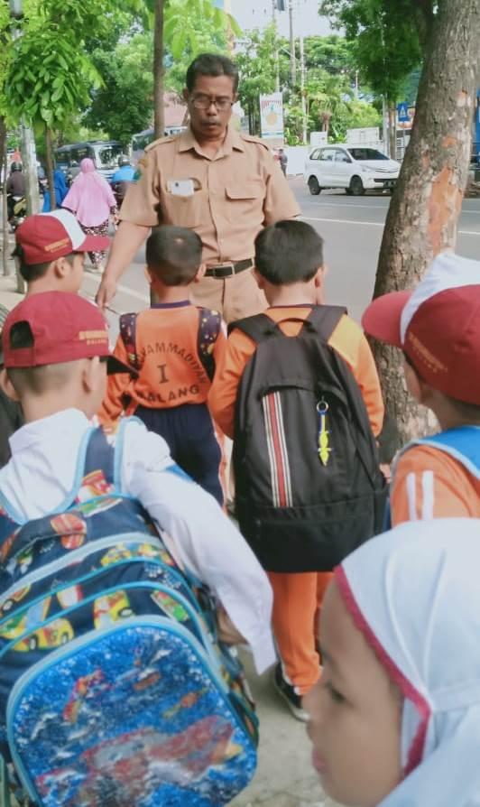 Puluhan Siswa SD Mutu  Longmarch Bakti Sosial Taman Slamet 1