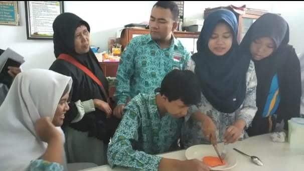 Siswa Cerdas Istimewa SMAMSA Praktek Table Manner-Adab Makan Minum Islam 1