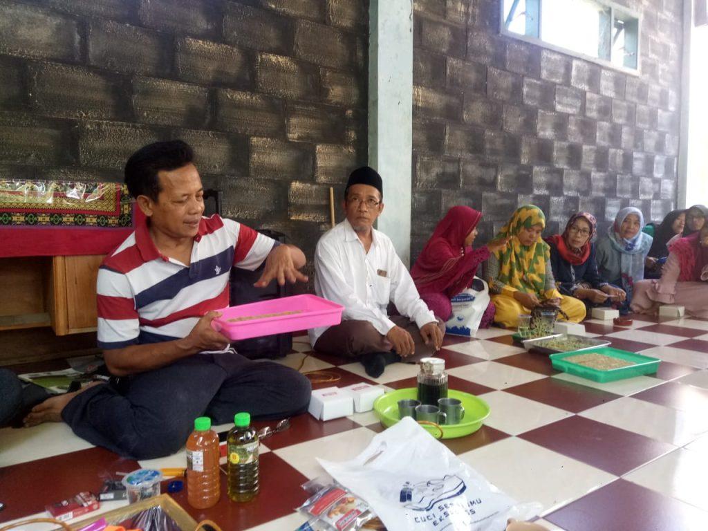 Libatkan Ulama-Tokoh Lokal, Divisi Kesling Latih Warga Hidroponik Kampung Bunga 2