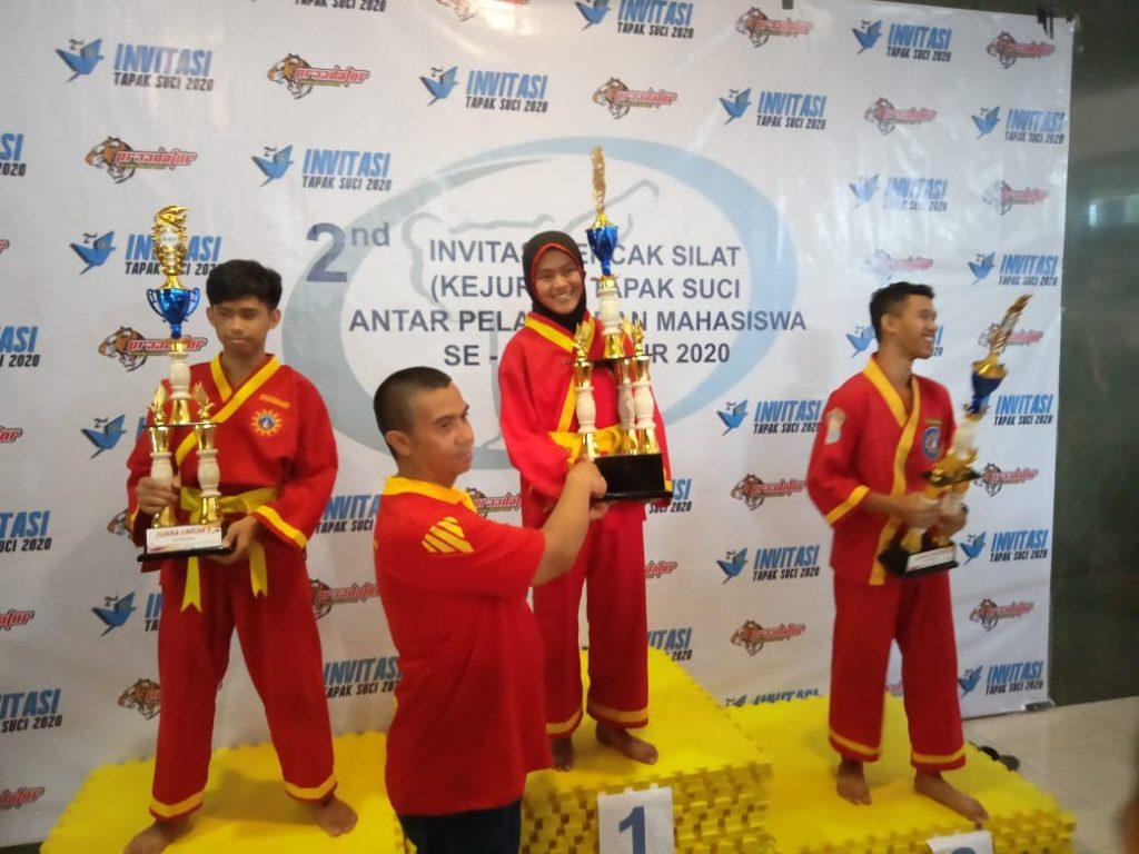 Jurus Merpati Membawa Trophy Juara Umum 1 SMAMSA Kejurda Tapak Suci 2