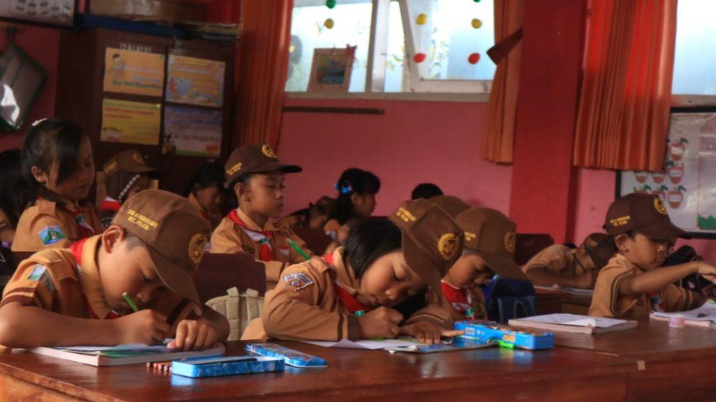 Potong Tumpeng Akhiri Pengabdian, KKN 25 UMM Sampaikan Maaf dan Terima Kasih Warga Pandesari 3