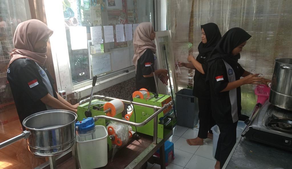Mahasiswa Dua Universitas PKL UMKM Citara Belajar Tangguh Tanpa Riba 1