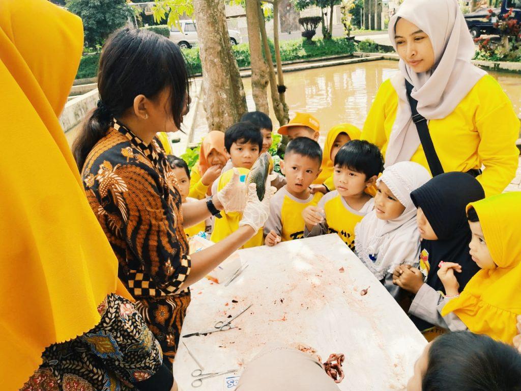 ABA 1 Kota Batu Ajari Siswanya Proses Sain Melalui Praktek Bedah Ikan 1