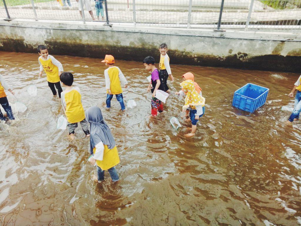 ABA 1 Kota Batu Ajari Siswanya Proses Sain Melalui Praktek Bedah Ikan 2