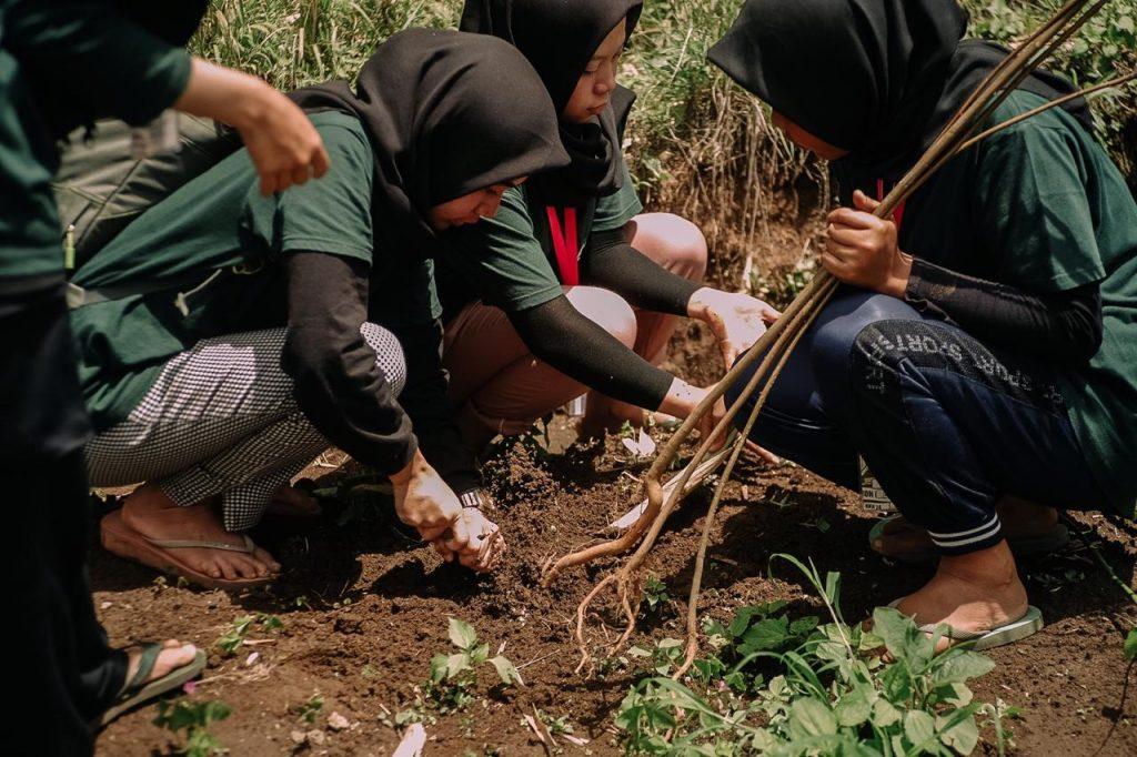 Bersama Warga KKN 24 UMM Penghijauan Kawasan Hutan Lindung 2