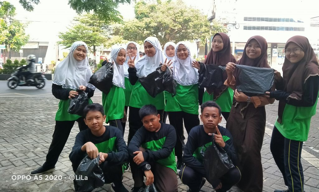Guru-Siswa M2M Turun Jalan Aksi JUARA, Jum'at Olahraga Bersih Sekolahnya 1