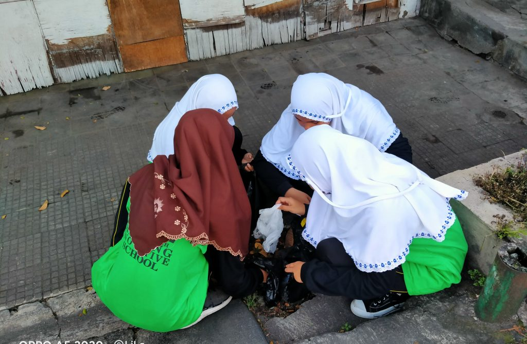 Guru-Siswa M2M Turun Jalan Aksi JUARA, Jum'at Olahraga Bersih Sekolahnya 2