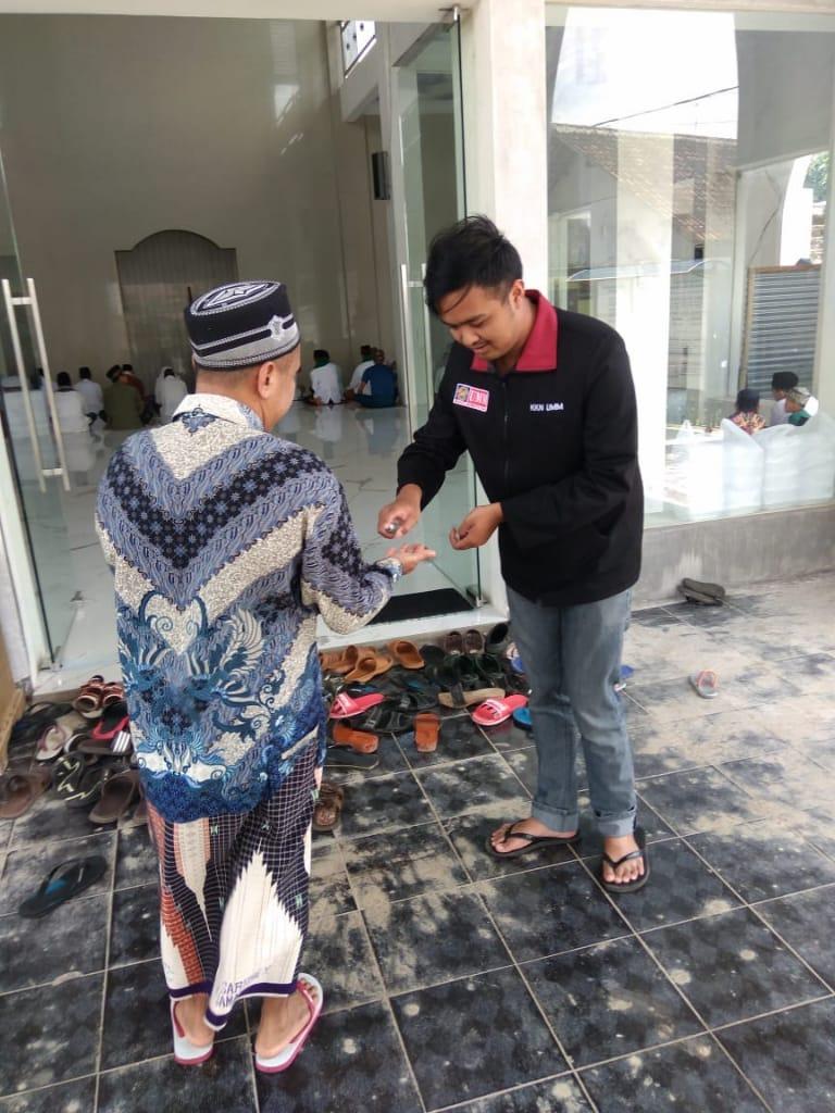 Setelah Aksi Bersih Masjid, Penyemprotan Hand Sanitizer Jama'ah Masjid Nurul Hikmah 1