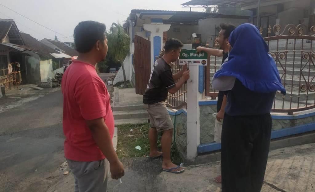 Pasang Papan Nama Jalan, KKN UMM Ngijo Proker Tepat Menunjuk Alamat 1