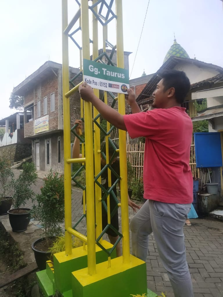 Pasang Papan Nama Jalan, KKN UMM Ngijo Proker Tepat Menunjuk Alamat 2