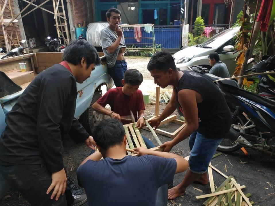 Kreatif, KKN UMM Ngijo Manfaatkan Potensi Bambu Desa Setempat Sebagai Tempat Sampah 1