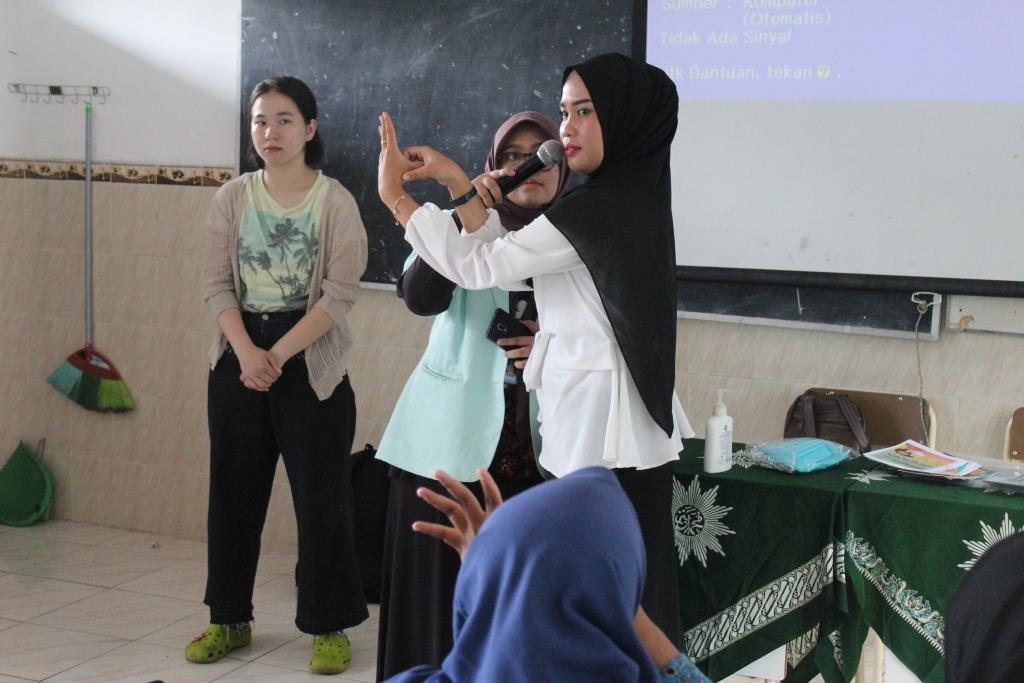 Guru Asal Jepang Pandu Siswa Matsamutu Cuci Tangan Versi WHO, Dilanjutkan Pembagian Masker 2