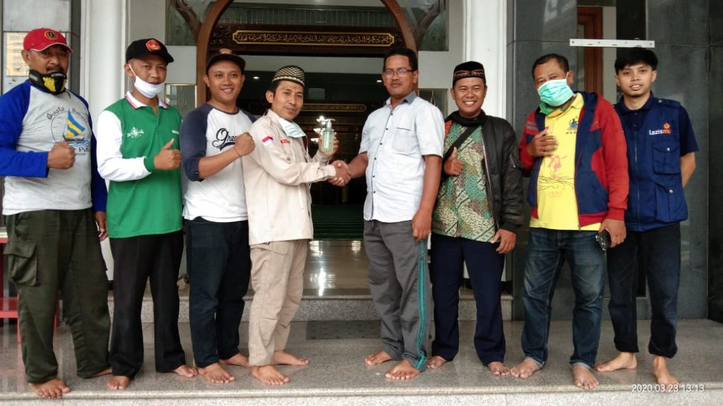 Pemuda Muhammadiyah Kabupaten Malang Foging Desinfektan Masjid NU-CMM Lawang 2