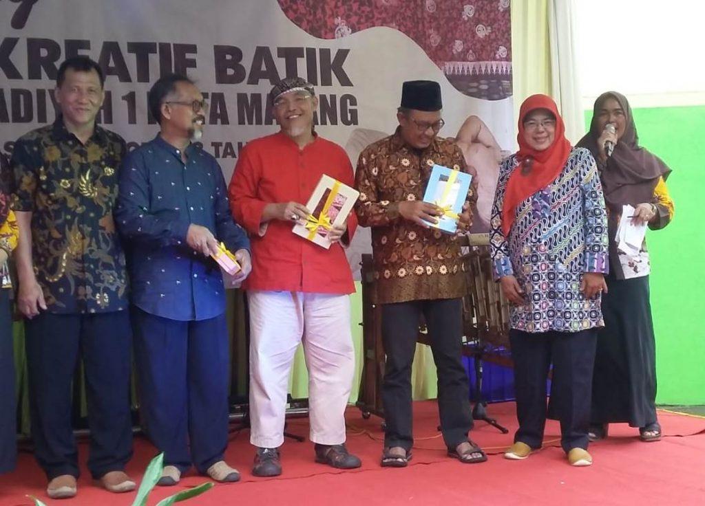 Siswa SMK Muhammadiyah 1 Kota Malang, Tampilkan Kreatifitas Batik Blimbing Sebagai Seragam Siswa-Guru 1