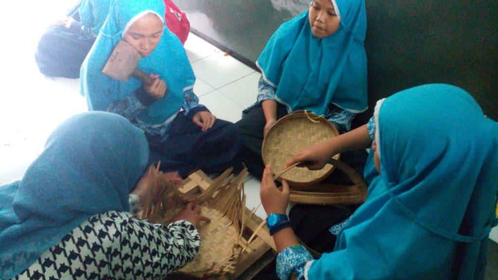 Siswa SMP AM3 Kota Malang Olah Hasil Limbah Menjadi Anyaman Bernilai Finansial 1