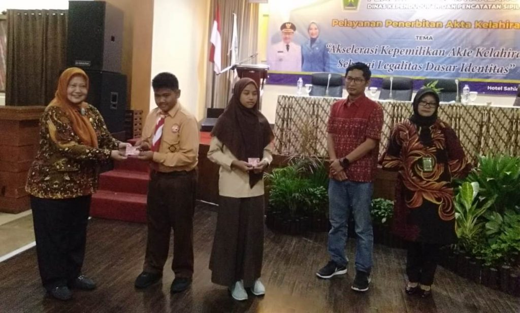 Siswa SMP Muhammadiyah 6 Kota Malang Terima Kartu Identitas Anak 2