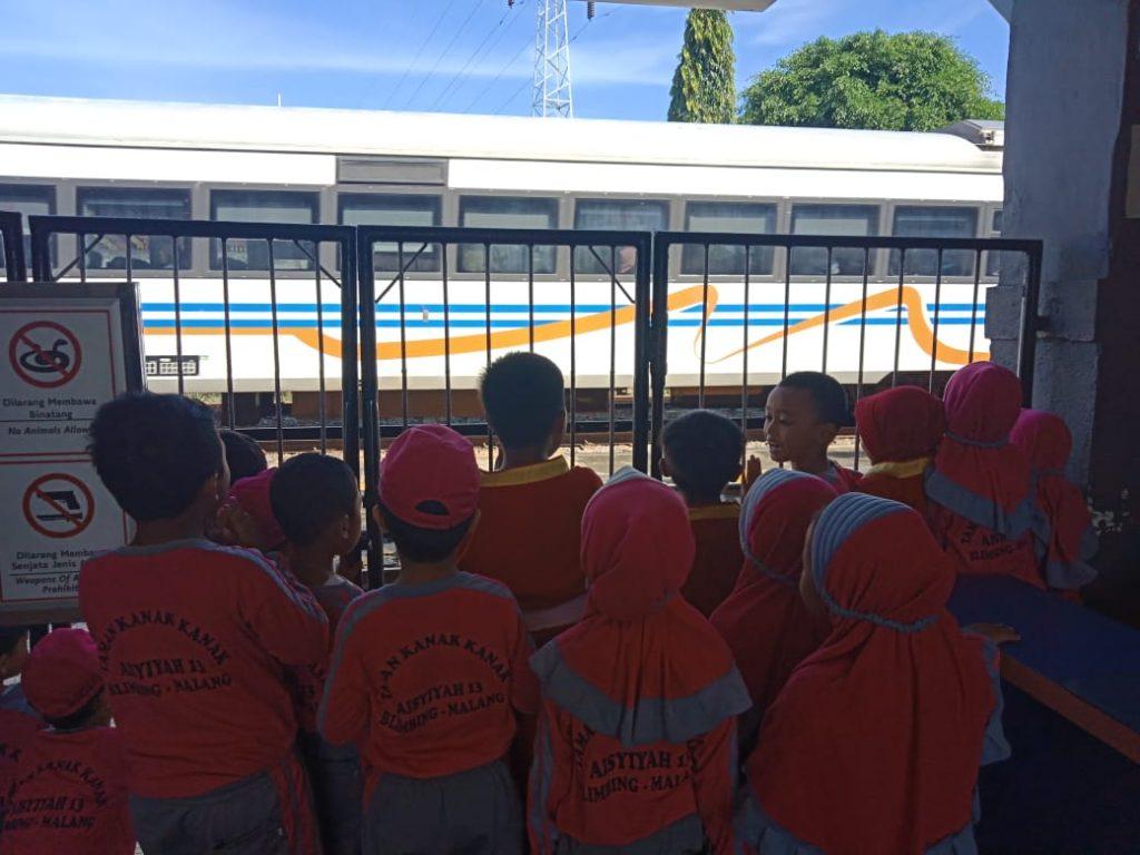 Belajar Alat Transportasi Umum, Siswa ABA 13 Kota Malang Kunjungi Stasiun 1