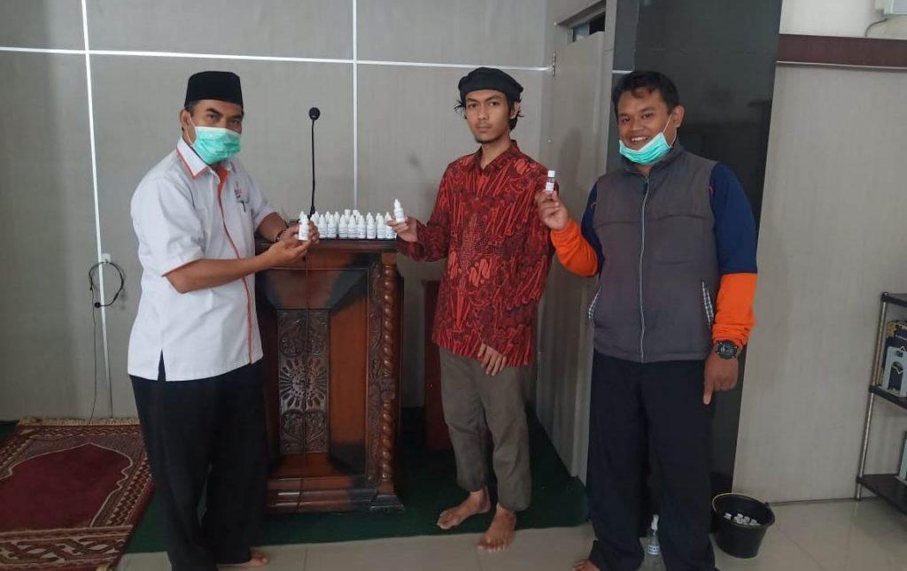 Lazismu Kota Malang-MDMC Bagi Hand Sanitizer Pada Masjid Binaan CMM 1