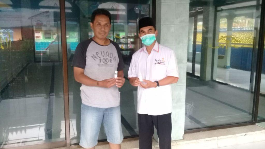 Lazismu Kota Malang-MDMC Bagi Hand Sanitizer Pada Masjid Binaan CMM 2