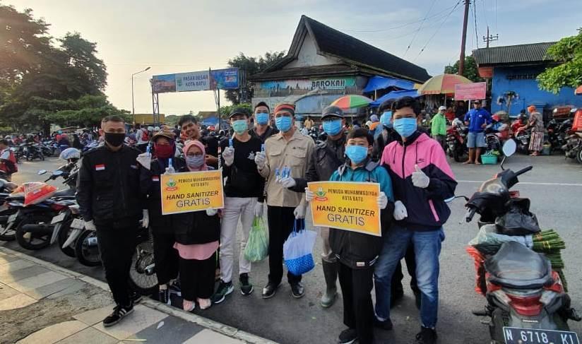 Pemuda Muhammadiyah Batu Bagikan 2.500 Botol Hand Sanitizer 1