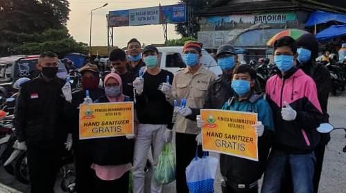 Pemuda Muhammadiyah Batu Bagikan 2.500 Botol Hand Sanitizer 2