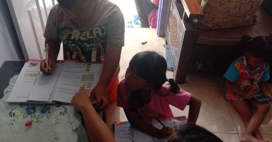 Tak Punya Smartphone, Siswa SDM 10 Pagak Kerjakan Tugas Belajar di Rumah Gurunya 1