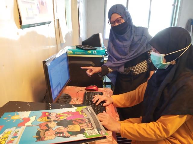 Didampingi Orangtuanya, Siswa ABA 19 Kota Malang Ambil Tugas Daring Sepekan 1
