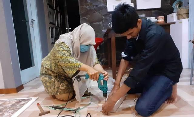 Usai Sumbang APD Lembaga Kesehatan, MCCC Batu-Unesa Pelatihan Produk Masker Wajah 1