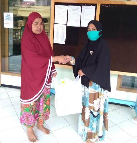 PCA Blimbing Bagikan Ratusan Paket Sembako Pada Dhuafa 1