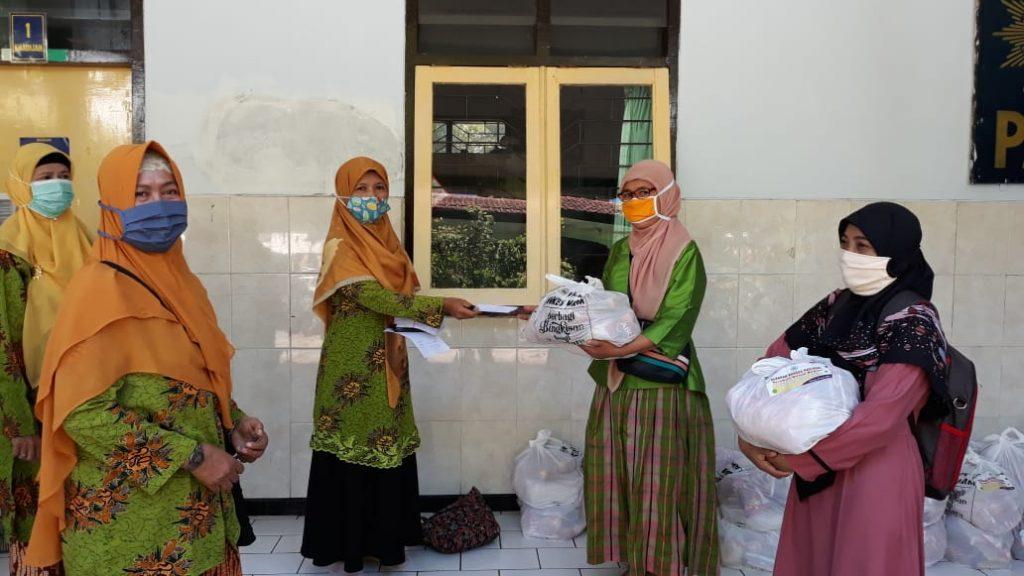 Ta'awun Untuk Negeri PCA Lowokwaru Salurkan Sembako-Uang Tunai Pada AUM-Ortom 1