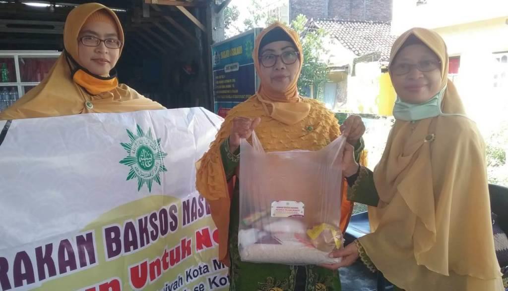 PCA Blimbing Turun Aksi Bagi Sembako, Fokus Pada Kader Persyarikatan Muhammadiyah-Aisyiyah 1