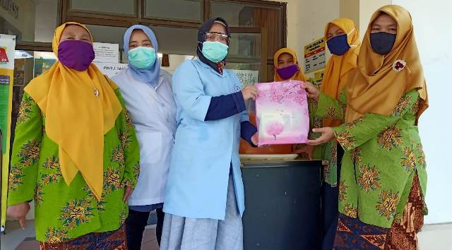 Prihatin APD Perawat Tangani Covid, Unesa Crisis Center Bantu Face Shield Kesehatan 2