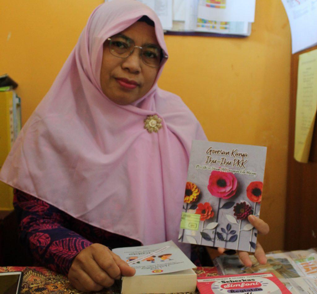 Guru SMP Negeri 27 Kota Malang Mengajar Daring Siswanya Terbitkan 2 Buku Antologi 1