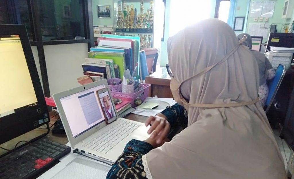 Tak Punya Smart Phone Ujian PAT, Guru Mamumtaza Tes Arabic Program-SII di Rumah Siswa 1