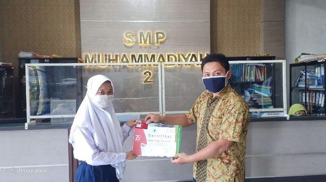 SMP Muda Bagi Hadiah Juara Lomba 1
