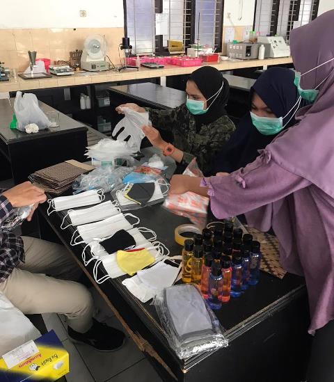 Dosen-Mahasiswa Farmasi FIKES UMM Edukasi Prokes Pedagang Kaki Lima 2
