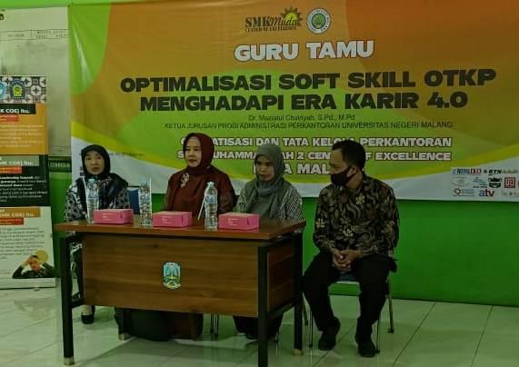 Kajur FE UM Beri Soft Skill Siswa OTKP SMK Muda CoE 1