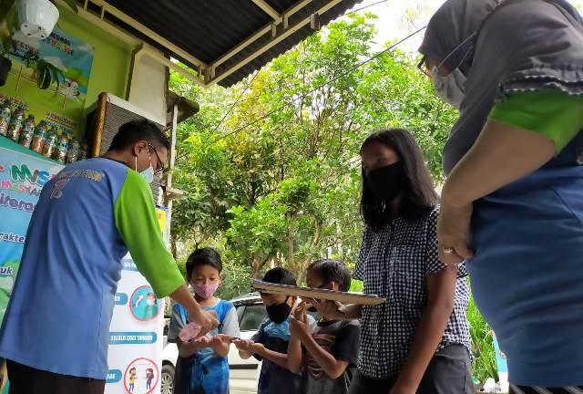 Mahasiswa UM Sumbang Teras Literasi Portable Go Green Library 1